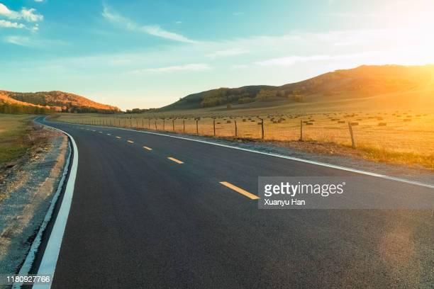 country road at sunset - ドライブウェイ ストックフォトと画像