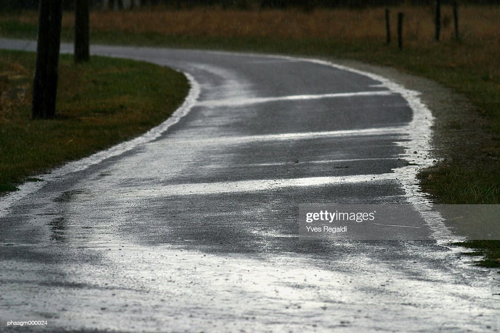 Country road during rain shower : Stockfoto