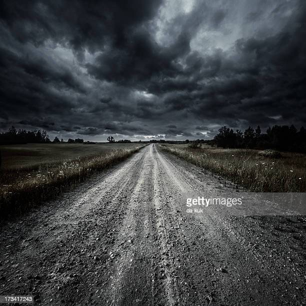 country road in a field at storm - heavy rain stockfoto's en -beelden