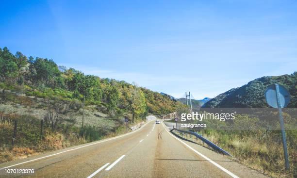country road - comunidad autónoma de castilla y león fotografías e imágenes de stock