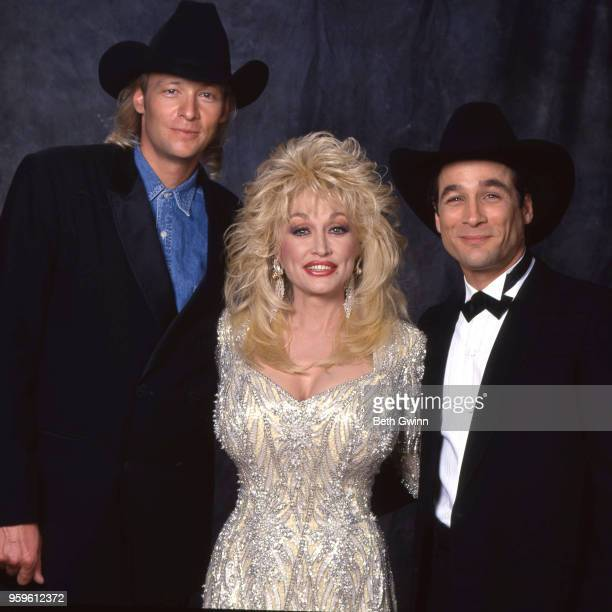 Country singer and songwriter Alan Jackson Dolly Parton and Clint Black backstage before the CMA Award Show Backstage October 10 1988 in Nashville...