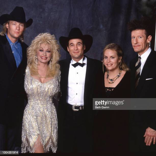 Country singer and songwriter Alan Jackson Dolly Parton Clint Black Mary Chapin Carpenter and Lyle Lovett backstage before the CMA Award Show...