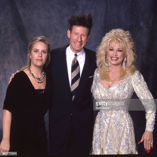 Country singer and songwriter Mary Chapin Carpenter Lyle Lovett and Dolly Parton backstage before the CMA Award Show Backstage October 10 1988 in...