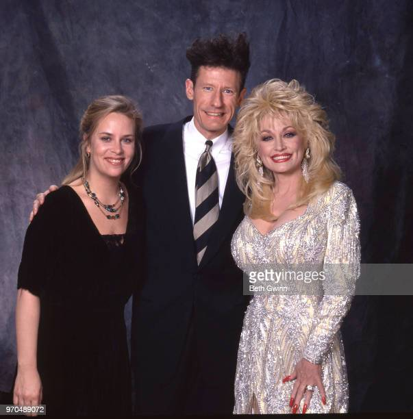 Country singer and songwriter Mary Chapin CarpenterLyle Lovett and Dolly Parton backstage before the CMA Award Show Backstage October 10 1988 in...