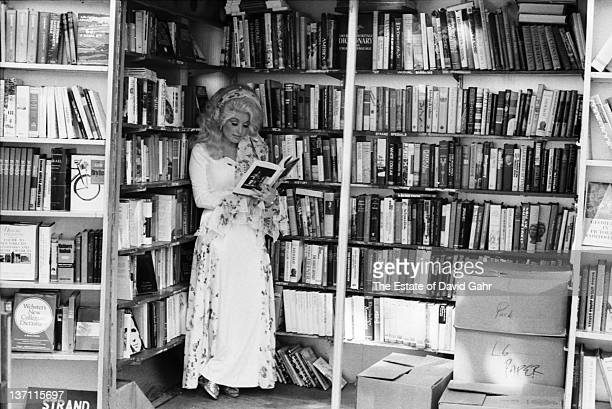 Country singer Dolly Parton poses for a portrait in Septemberl 1976 in New York City New York