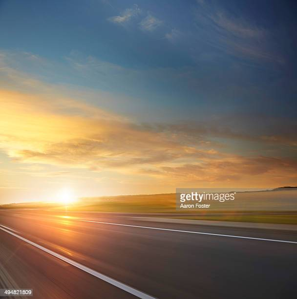 country sunrise road - sonnenuntergang stock-fotos und bilder