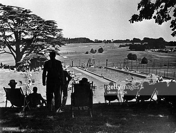 CountryHouse des RAG Schwimmbassin dahinter der Golfplatz 1936Erschienen in Dame 13/1936Fotografie Rolf Mahrenholz