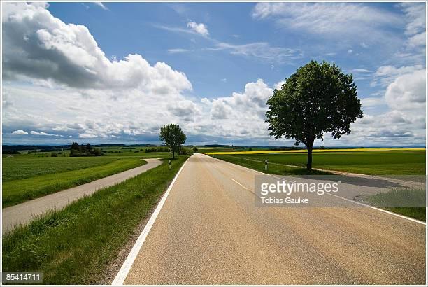countryside road - tobias gaulke stock-fotos und bilder
