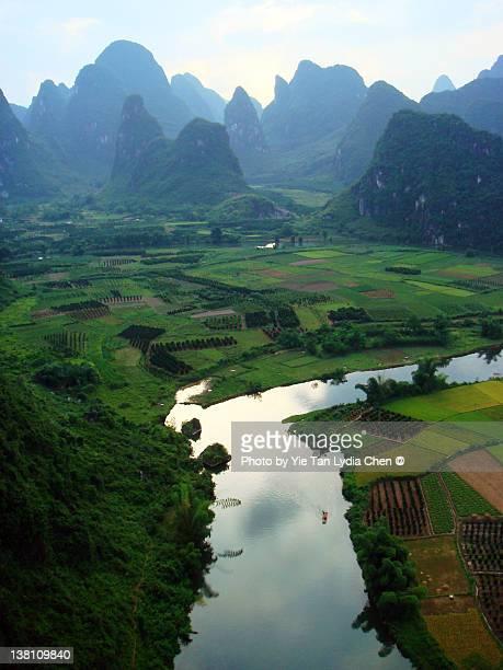 countryside valley in yangshuo - lydia lozano fotografías e imágenes de stock