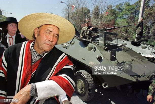 County dweller, with his frind, are seen here wating for a gaurd to help them, 119 September. Un huaso aguarda el inicio de la parada militar,...