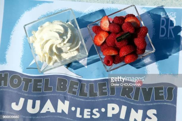 Coupe de fraises chantilly a l'hotel mytique Belle Rives connu aussi avant sa transformation en hotel en 1929 sous le nom de villa Saint Louis ou...