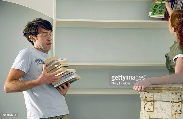 Paar hinzufügen von Büchern auf dem Regal