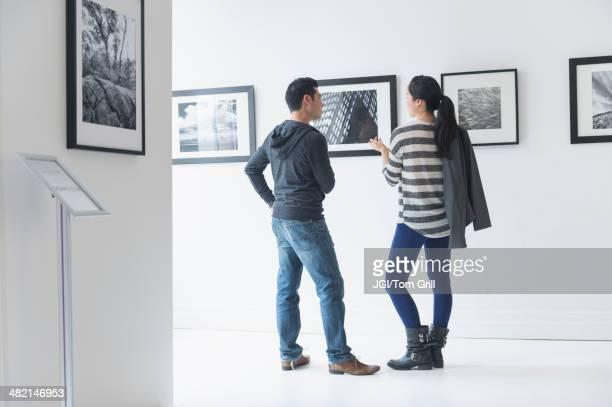 couple admiring art in gallery - 博物館 ストックフォトと画像