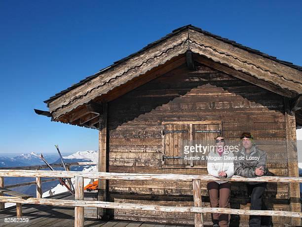 couple admiring mountain view - trois vallees - fotografias e filmes do acervo