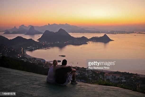 couple admiring sunset - rio de janeiro imagens e fotografias de stock