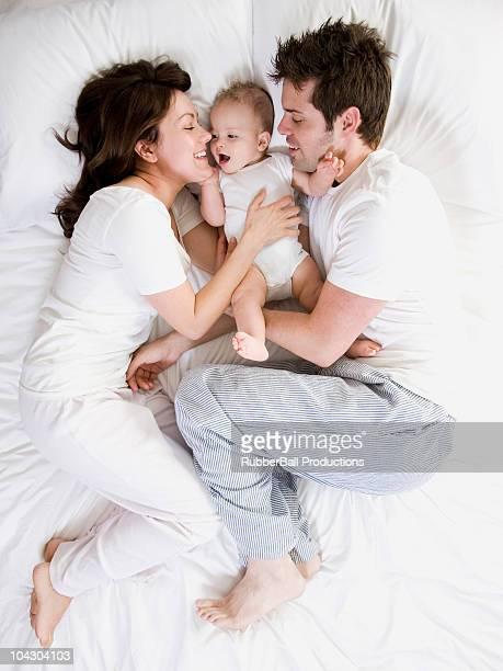 Paar und baby im Bett