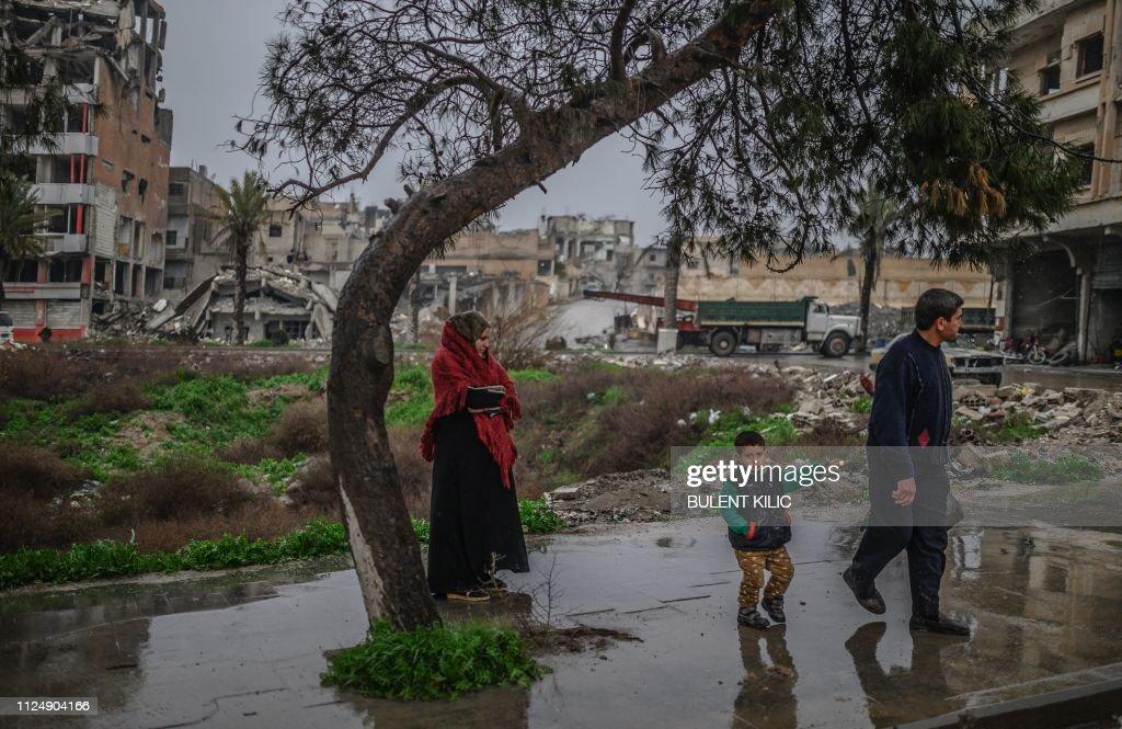 TOPSHOT-SYRIA-CONFLICT-RAQA : News Photo