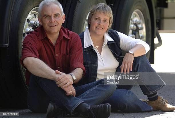 couple and truck seriescoup - partire bildbanksfoton och bilder