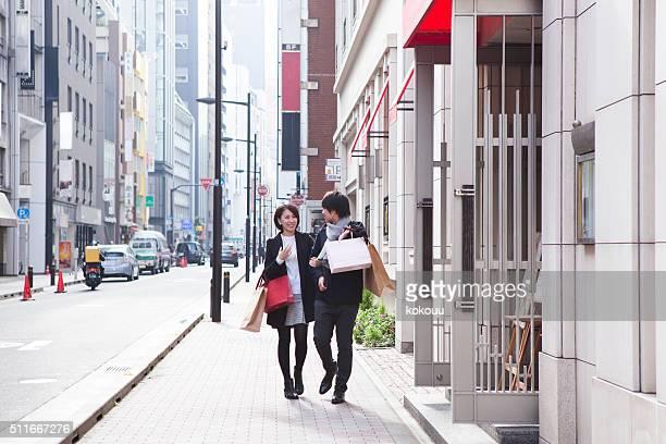 あるカップルは、多くのショッピングバッグ