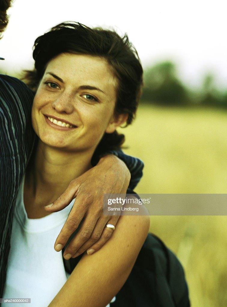 Couple arm in arm, focused on woman, portrait : Stockfoto