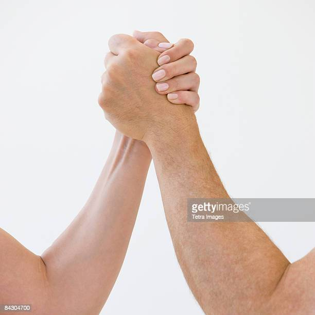couple arm wrestling - female wrestling holds stockfoto's en -beelden