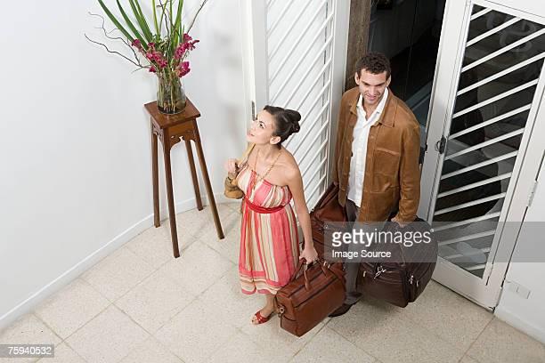 Un Couple arrivant à l'appartement