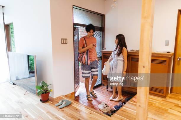 スーパーで買い物をした後に家に到着するカップル - 建物入口 ストックフォトと画像