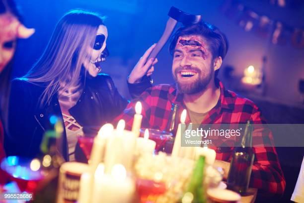 couple at a halloween party - halloween party - fotografias e filmes do acervo