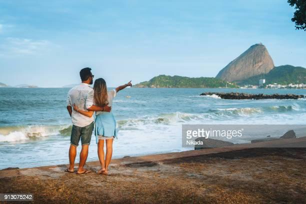 casal na praia no rio de janeiro, brasil - pão de açúcar - fotografias e filmes do acervo