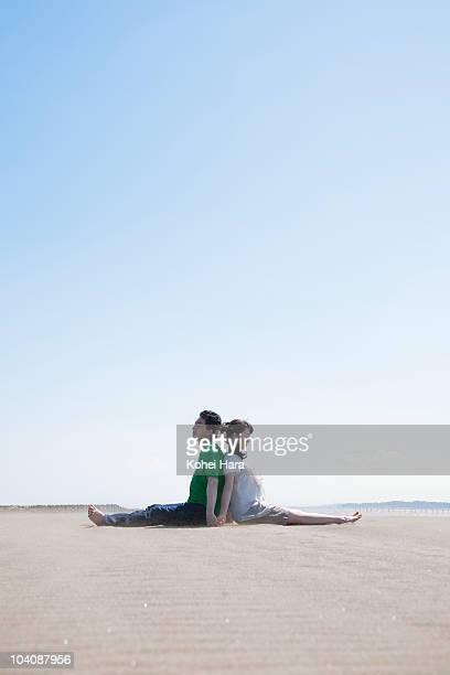 couple at beach - 背中合わせ ストックフォトと画像