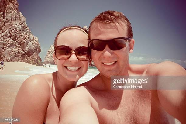 couple at beach - cinta de cabeza fotografías e imágenes de stock