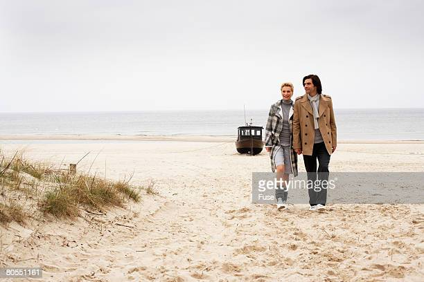 couple at the beach in winter - ウセドム ストックフォトと画像