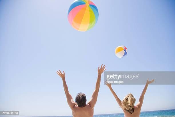 couple at the beach - ビーチボール ストックフォトと画像