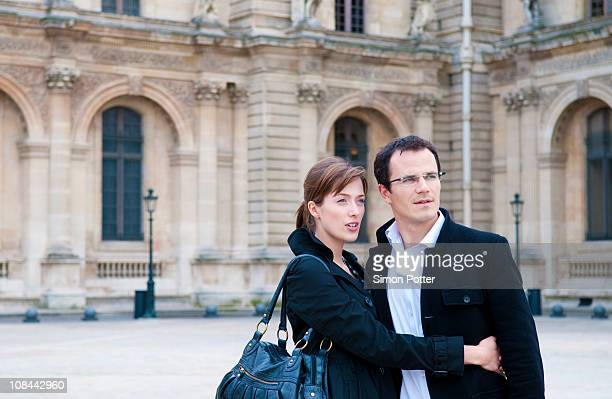 Couple au musée du Louvre à Paris