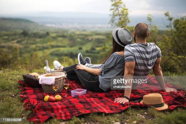 自然の中でピクニックにカップル - ピクニック ストックフォトと画像