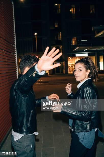 couple avoiding paparazzi, florence, italy - evitar fotografías e imágenes de stock