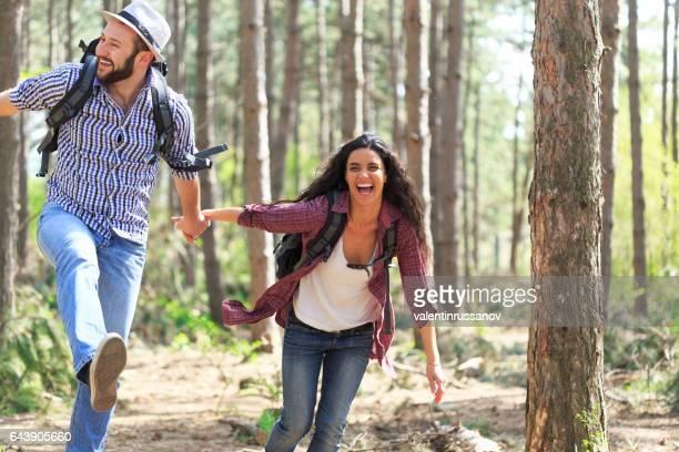 Backpackers de la pareja en el bosque soleado