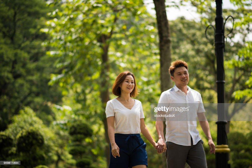 Paar Bindung über einen Spaziergang im park : Stock-Foto