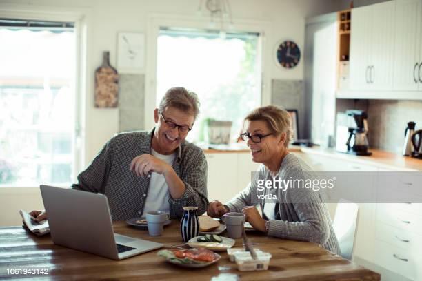 カップル朝食 - 妻 ストックフォトと画像