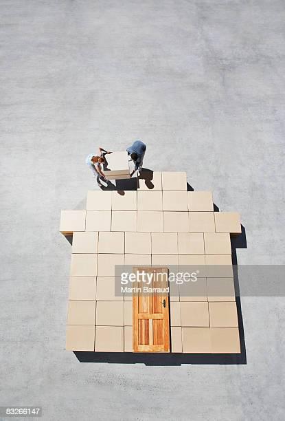 Couple de silhouette bâtiment sur le trottoir