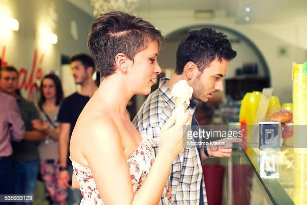 Paar Kaufen Sie einen ice cream cone