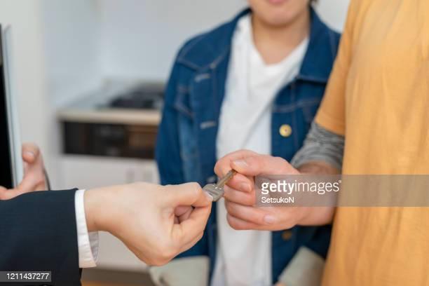 カップルは家を購入し、鍵を取得 - 賃貸借 ストックフォトと画像