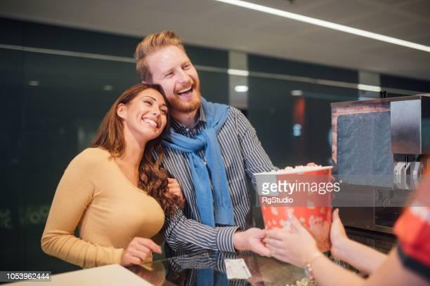 couple, achat de pop-corn au cinéma - hygiaphone photos et images de collection