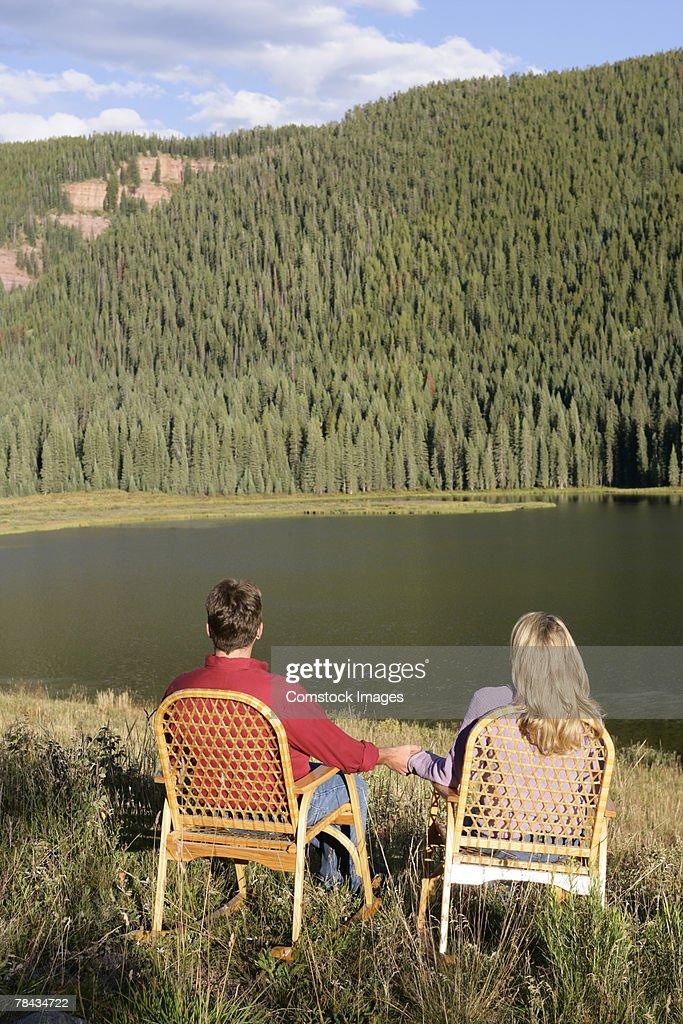 Couple by lake : Stockfoto