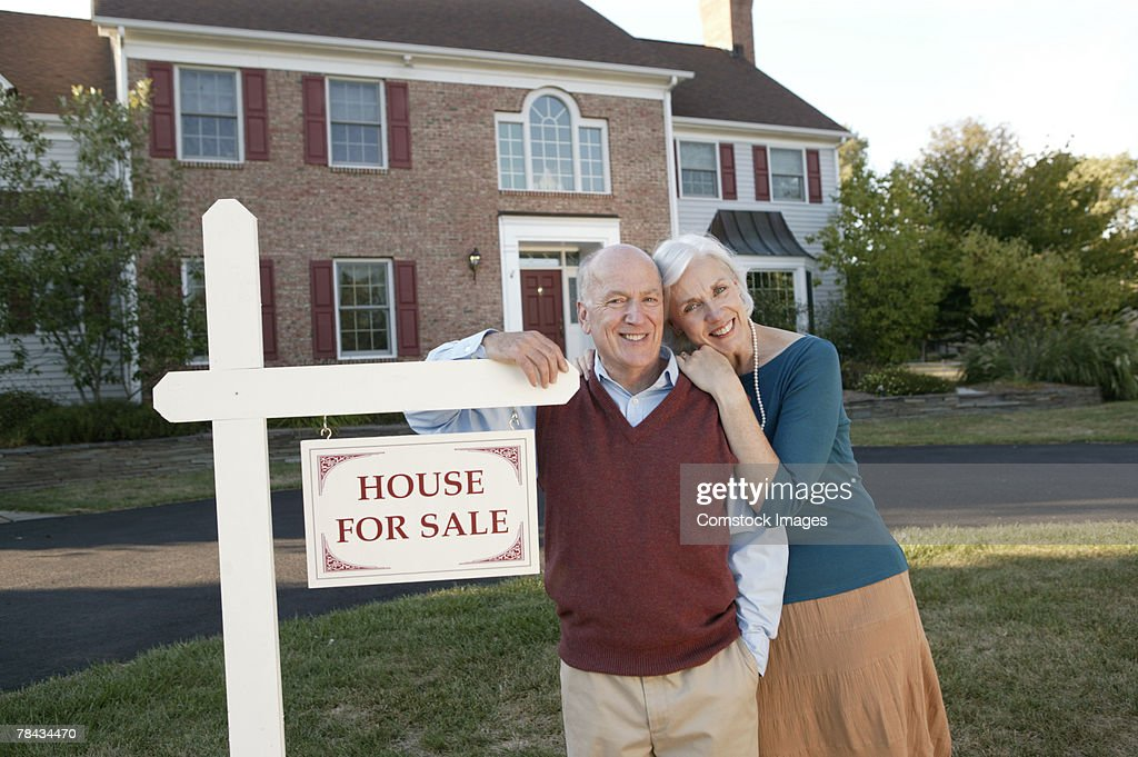 Couple by real estate sign : Stockfoto