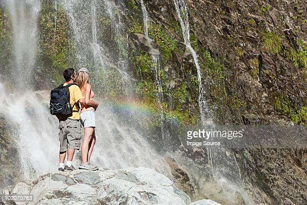 pareja por la pintoresca cascada - bariloche fotografías e imágenes de stock