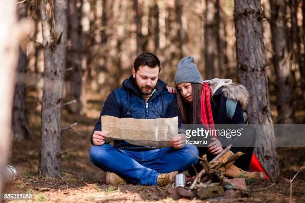 Camping de couple et explorer la carte