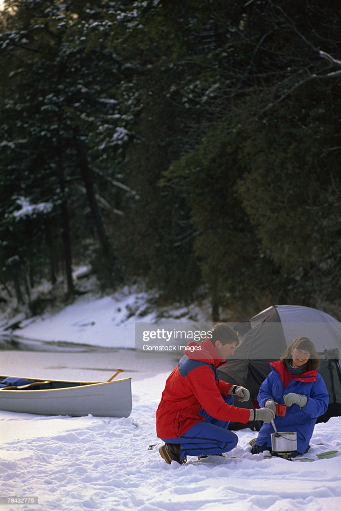 Couple camping in snow : Stockfoto