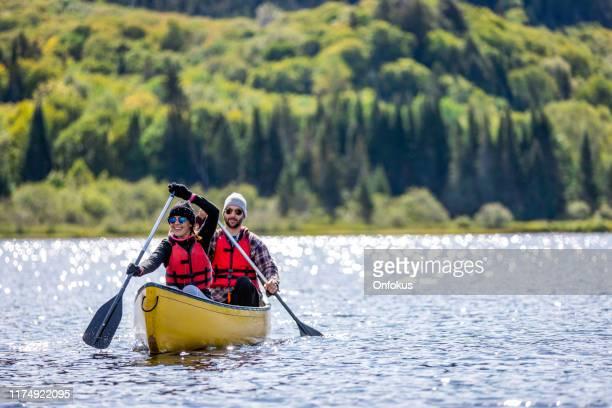 couples de canot au parc national du mont-tremblant, québec, canada - province du québec photos et images de collection
