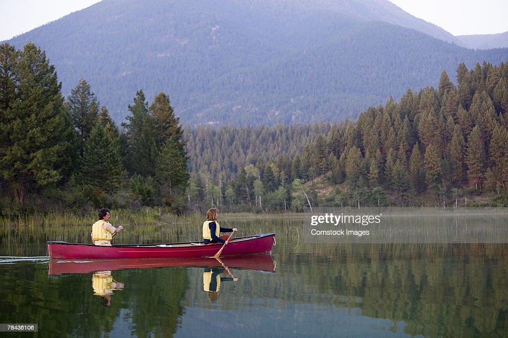 Couple canoeing : Stockfoto